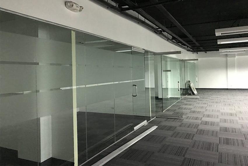 office-space-in-IT-park-glass-doors