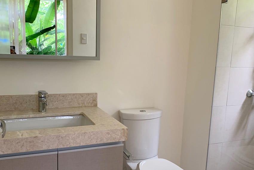 32-sanson-3-bedroom-garden-unit-for-rent-toilet