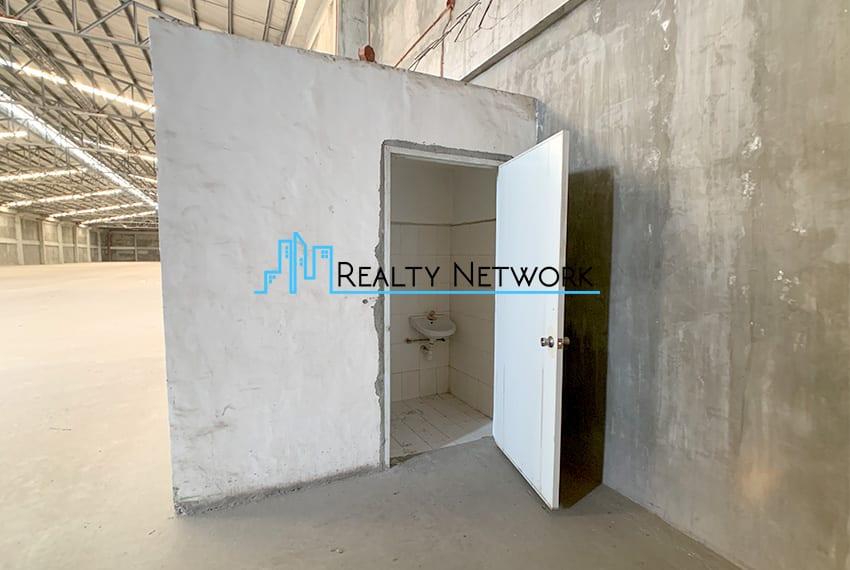4000-sqm-warehouse-in-paknaan-mandaue-for-rent-bathroom