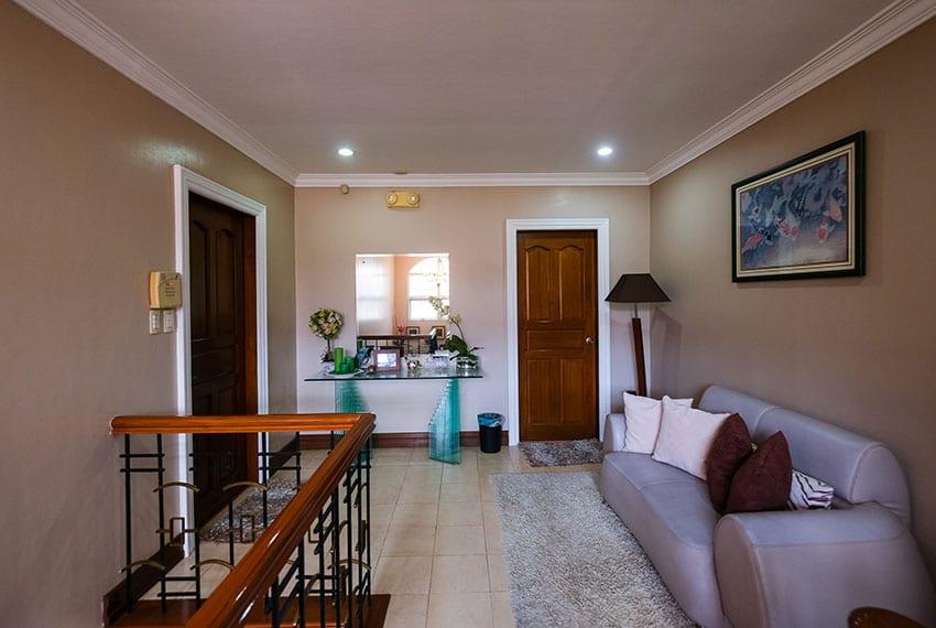 garnetville-house-for-sale-2nd-floor-hallway