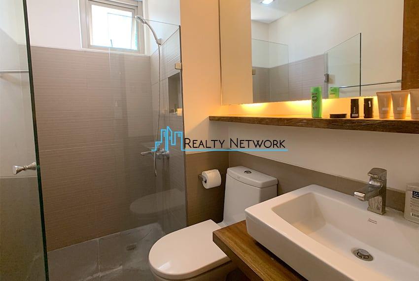 interiored-condo-in-it-park-cebu-common-bathroom