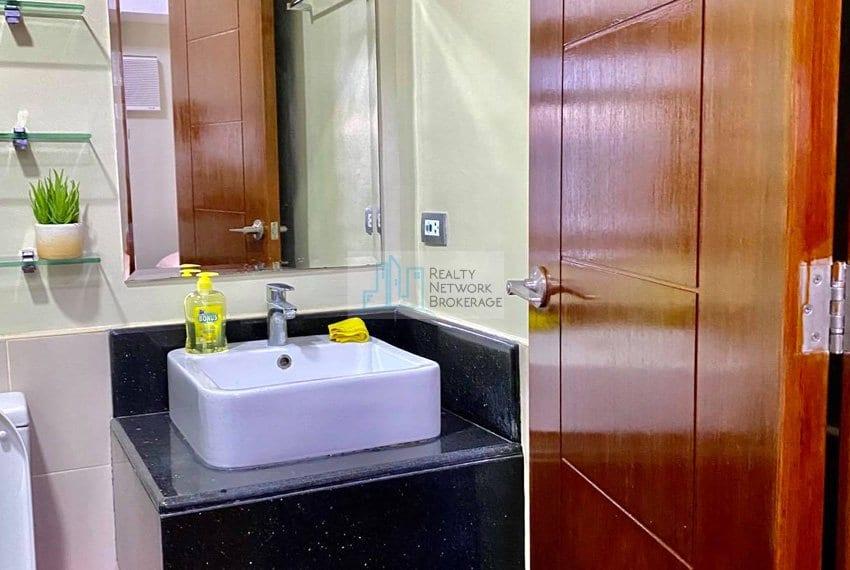 1-bedroom-azalea-place-for-sale-toilet