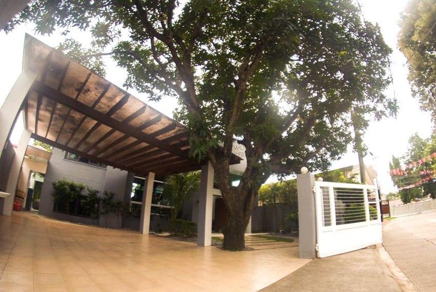 high-end-sto-nino-village-property-for-sale-garage